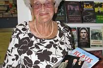 Věra Matoušková si v pondělí přišla pro podpis do knihy i na fotku pro vnučku