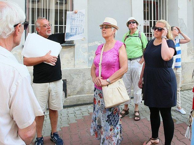 Miroslav Anton (v černém tričku) ukazuje při sobotní procházce Petrohradem zájemcům řadu zajímavostí.