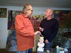Na snímku zprava malíř Milda Kasl a sochař Vítězslav Netrval nad karikaturou hlavy státu