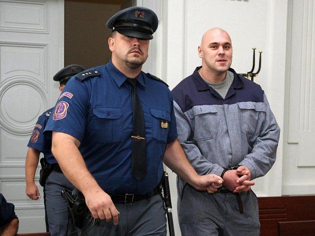 Jiřího Bartyzala, který patří mezi obžalované v případu vyděračského gangu, eskorta přivádí k soudu