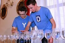Studenti předvedli jak se hraje na sklenice s vodou