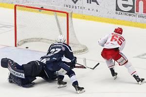 Semifinále play off hokejové extraligy - 5. zápas: HC Oceláři Třinec - HC Škoda Plzeň, 11. dubna 2019 v Třinci. Na snímku (zleva) brankář Plzně Dominik Frodl, Jay Conor Allen, Tomáš Marcinko.