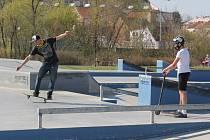 Po otevření veřejných sportovišť využili Plzeňané slunečného velikonočního počasí k aktivnímu pohybu. K oblíbeným areálům patří například Škoda sport park.