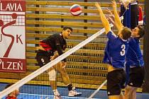 Dva vyrovnané duely odehráli volejbalisté USK Slavia Plzeň s Českou Lípou. Na snímku smečuje přes dvojblok hostů plzeňský Jakub Jarošík (vlevo)