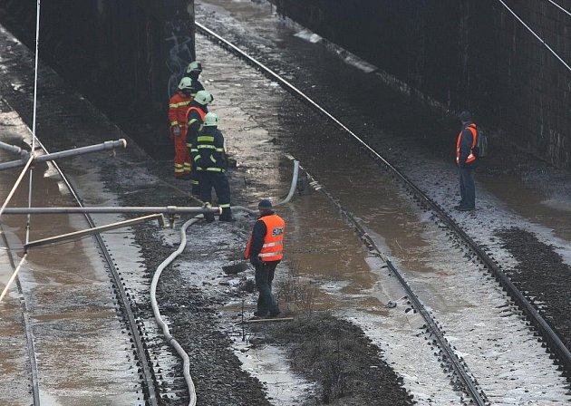 Prasklé vodovodní potrubí zastavilo provoz na trati Plzeň - Cheb. V kolejišti vznikla několikacentimetrová vrtsva ledu