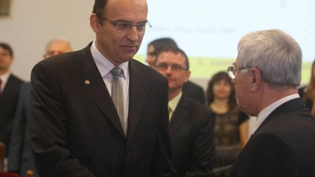 Pavel Šrámek skládá slib zastupitele v listopadu 2014 po komunálních volbách do rukou Jiřího Bise
