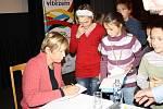 Kateřina Neumannová i Adéla Sýkorová se po skončení oficiálního programu ocitly v obležení žadatelů o podpis.