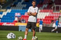 Asistent trenéra Marek Bakoš dohlíží na svoje svěřence.