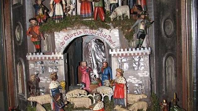 Nový betlém kostela v Horšově na Domažlicku je unikátní dvěmi postavami čertů ve spodní části betléma.