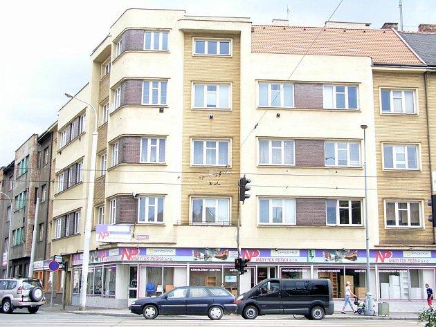 V tomto domě na Klatovské třídě  se nachází byt, jehož okno se v minulém týdnu objevilo na internetu. U dveří jsme však zvonili marně