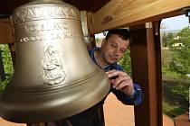 Filip Hrubý ze správy chotěšovského kláštera ukazuje nový zvon blahoslavené Vojslavy, který ve středu poprvé zněl nad areálem chotěšovského kláštera.