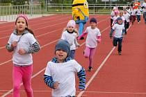 Malí soutěžící si vyzkoušely hod do dálky, člunkový běh, skok z místa, přeskakování a podlézání překážky.