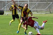 Fotbalisté Petřína zvítězili v domácím utkání 25. kola divizní skupiny A nad Milevskem 1:0. Na snímku z tohoto duelu se snaží plzeňský Jan Šulc (vpravo) odstavit od míče hostujícího Jakuba Škrábka.