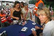 Součástí oslav stoletého výročí klubu FC Viktoria Plzeň byla také autogramiáda. Podepisoval se i Pavel Nedvěd