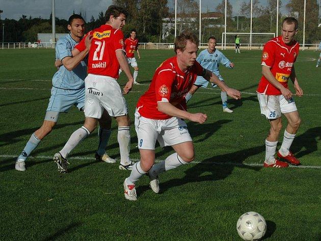 Fotbalisté FC Viktorie Plzeň absolvovali letos v únoru přípravu ve Španělsku (v červených dresech na snímku z přátelského utkání v rámci soustředění). Na konci ledna příštího roku se do Španělska vrátí, zúčastní se tady turnaje Copa del Sol 2011