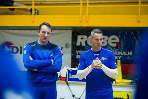 PETR ŠTOCHL, kouč Talentu, je u národního týmu trenérem brankářů. Na snímku s kolegou Janem Filipem (vpravo).