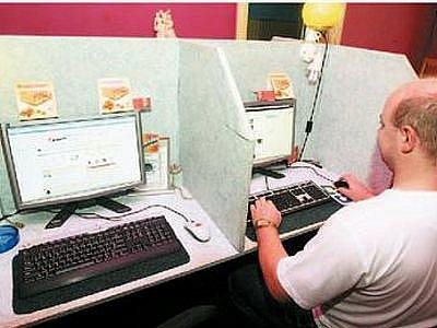 """O KÁVU A INTERNET ZÁJEM NENÍ. """"Lidé vyhledávají internetové kavárny málo, zajímají je hlavně doplňující služby, jako je skenování, barevný tisk či webkamery,"""" řekl provozní kavárny Nico."""