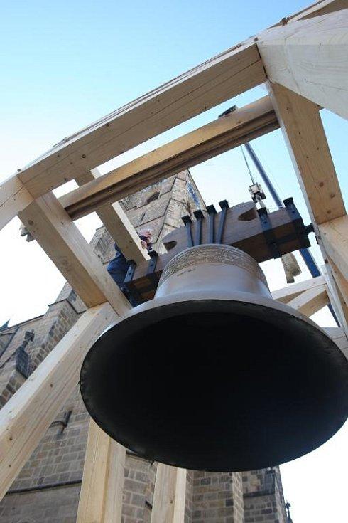 Dva nové zvony, Jan a Marie, pro katedrálu sv. Bartoloměje dorazily do Plzně