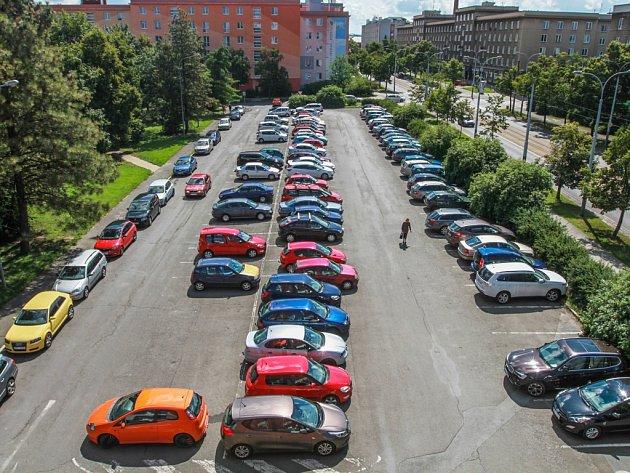 Místo parkoviště na rohu Koterovské a Blatenské ulice vyroste nový obytný dům. Osm let starý projekt znovu ožívá, když mu zastupitelé počtvrté prodloužili termín