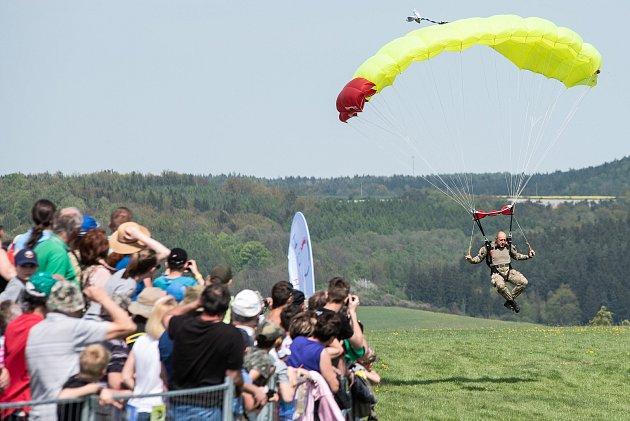 Den ve vzduchu s Plzeňským krajem na letišti v Plasích.Antonov An-2 – Hromadný výsadek parašutistů