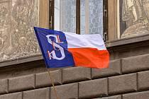 Vlajku Plzeň vyvěsila na počest Památného dne sokolstva.