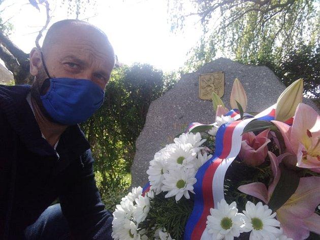 Položení květin upomníku válečných obětí na Malesické návsi.