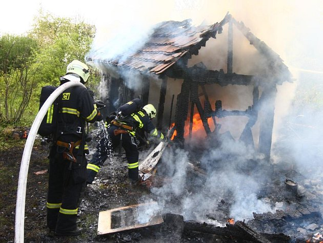 Hasiči likvidují požár chatky na Košutce