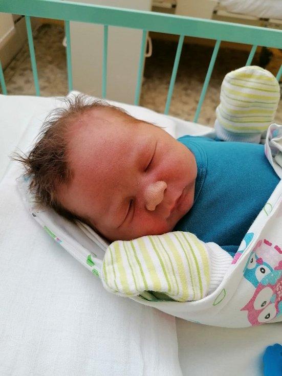"""Mathias Mayer z Plzně se narodil 22. dubna 2021 v 11:40 hodin v porodnici Mulačovy nemocnice. Při narození vážil 4230 g a měřil 53 cm. """"Je to naše krásné prvorozené miminko,"""" připsali k fotografii šťastní rodiče Sandra a Honza Mayerovi."""