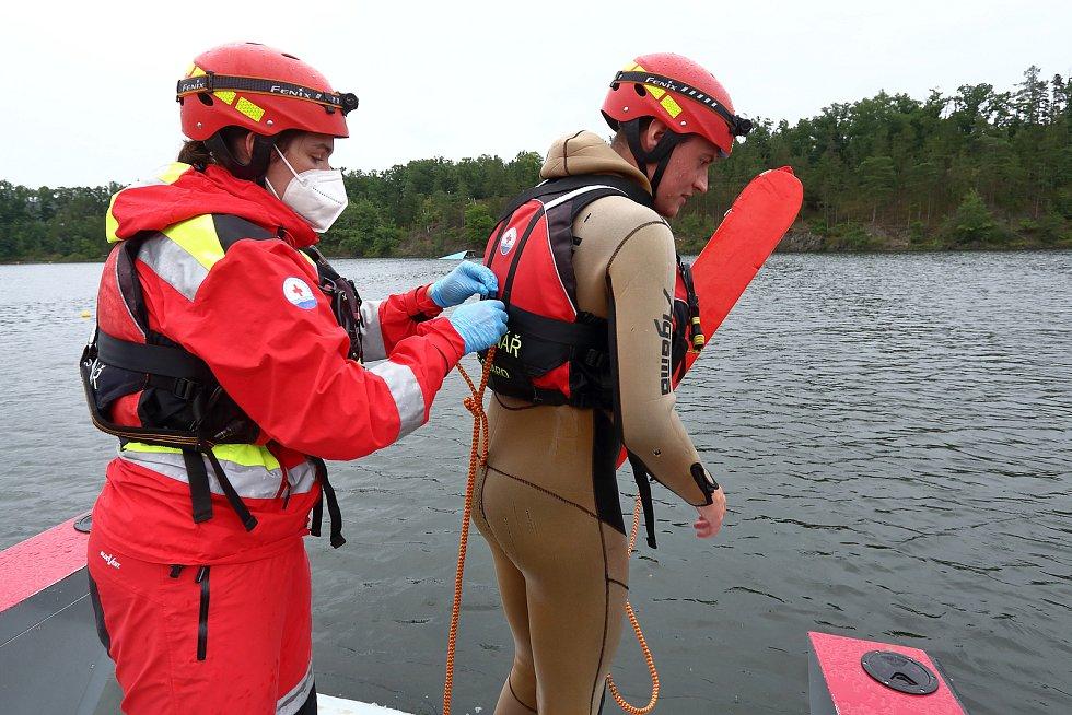10 – Při osobním zásahu ve vodě je zásadní nejen včasná reakce, ale také bezpečnost záchranáře. Kromě vesty, přilby a záchranného pásu je záchranář jištěn lanem.
