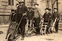 Archivní snímek ukazuje průvod chlapců v 1. polovině 20. století ve Skvrňanech. Který z nich je asi král?