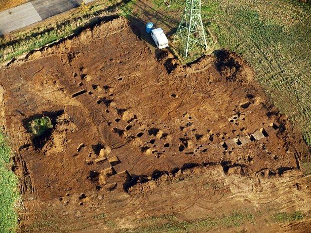 Místo nálezu rondeloidu při výzkumu v Plzni-Křimicích. Jde o kruhové příkopovité ohrazení z mladší doby kamenné