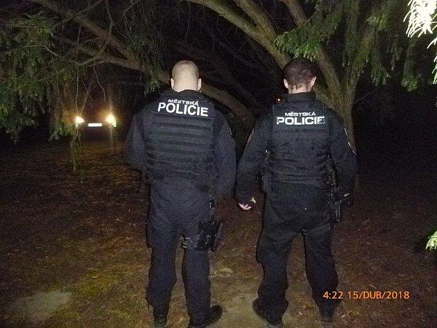 Hlídka městské policie na místě, kde se sebevrah oběsil