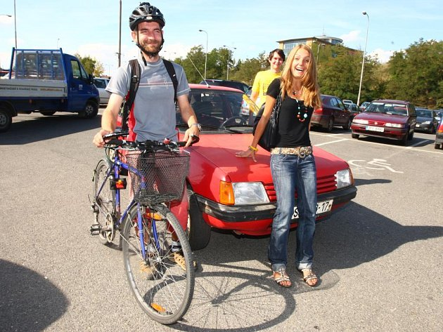 Tři účastníci netypického závodu městem (na snímku zleva) cyklista Daniel Rajdl, motorista Jaroslav Hlaváč a cestující MHD Tereza Rajdlová odstartovali ve čtvrtek v 15:00 od FN v Plzni na Lochotíně. Cílem bylo autobusové nádraží. První dojelo do cíle auto