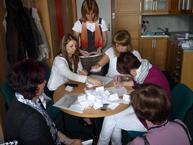 Organizační tým třídy 3. DVS sčítá hlasy pro vítěze