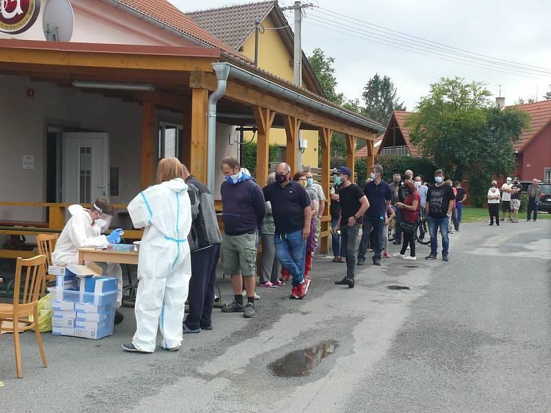 Plošné testování obyvatel Nové Vsi na jižním Plzeňsku na COVID-19.