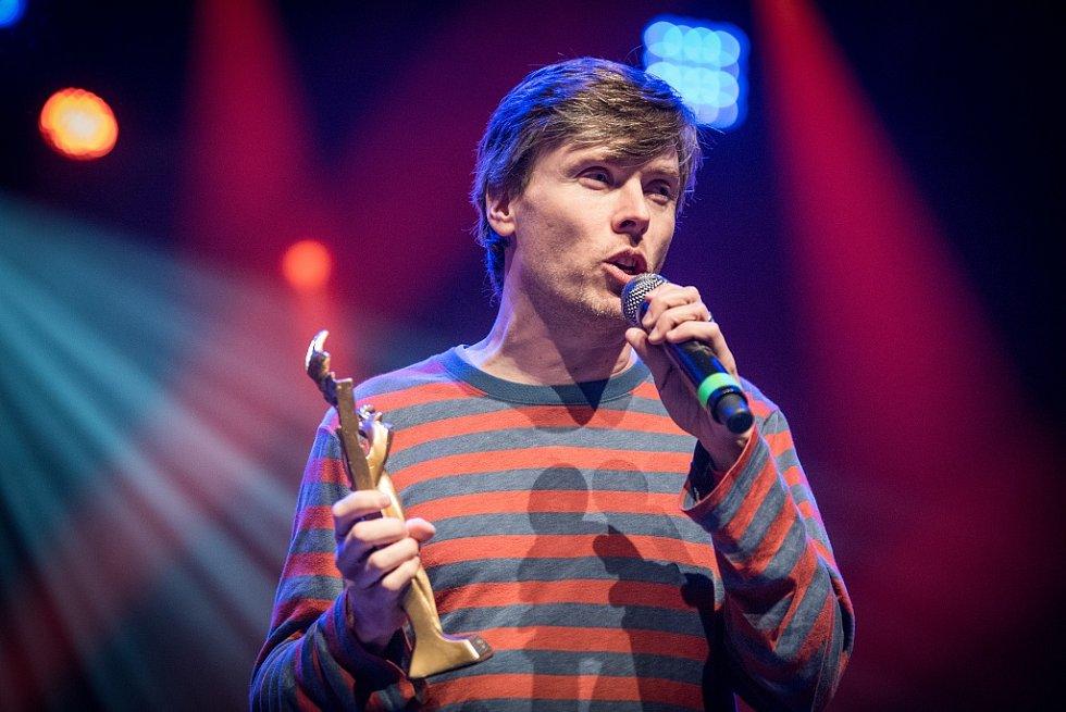 Vyhlášení hudební ankety Žebřík 2015 - za nejlepší zpěvačku roku Anetu Langerovou přebral ocenění Mardoša z Tata Bojs