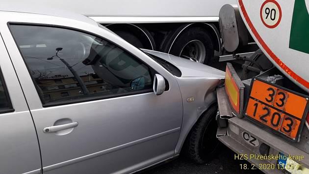 Řidič nákladního automobilu měl na vozidle poruchu. Došlo k dopravní nehodě.