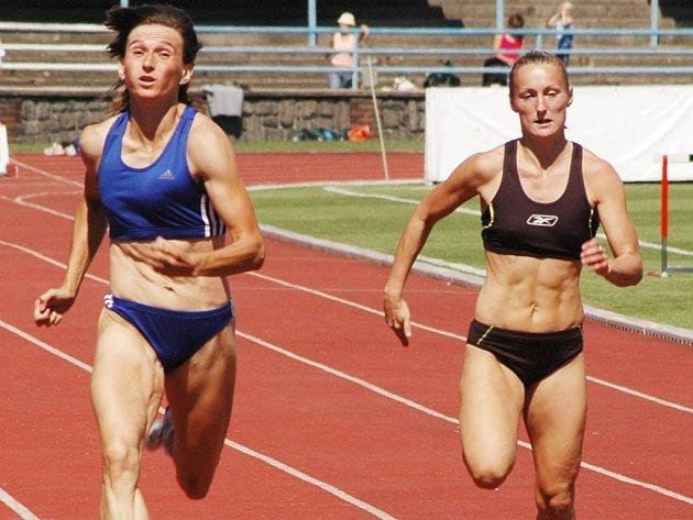 Sprinterka Sokola SG Plzeň–Petřín Pavlína Vostatková (na archivním snímku vlevo) obsadila při extraligovém finále v Sušici v běhu na 100 metrů třetí místo za Kateřinou Čechovou a Jamajčankou Merlene Otteyovou.