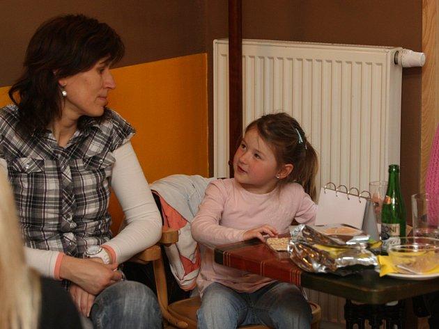Bezlepkovou dietu musí držet nejen malá Terezka (na fotografii s maminkou), ale i její starší sestra