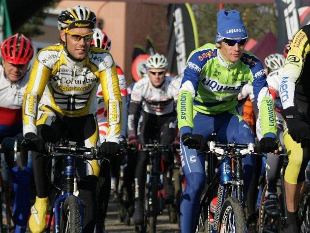 První metry spolu s pelotonem ujel i Roman Kreuziger (vpravo), který pak absolvoval sám svůj trénink. Vlevo František Raboň.
