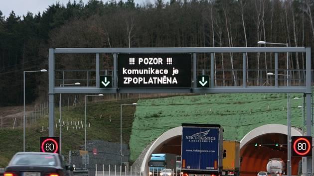 Jízda tunelem Valík je bez dálniční známky zakázána, od ledna už to platit nebude.