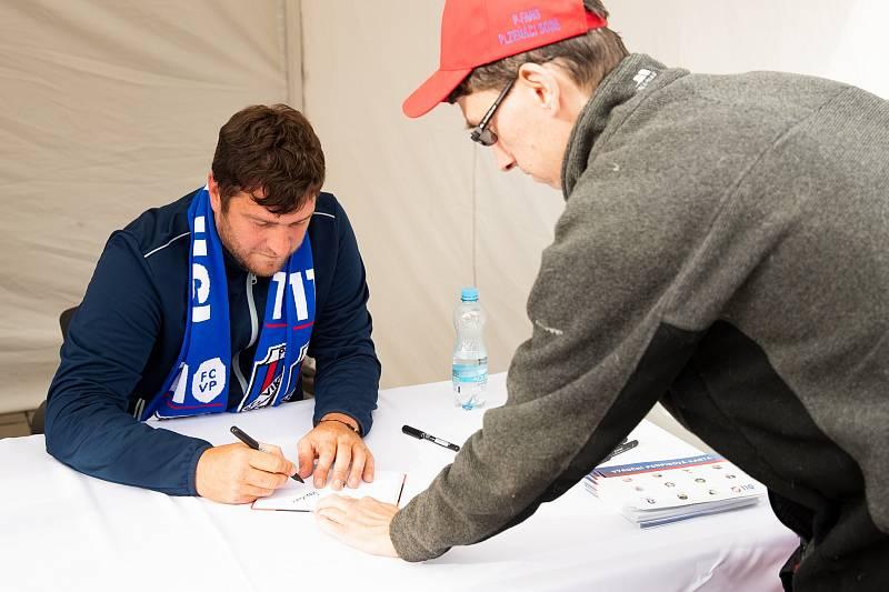 Na autogramiádě byl i Pavel Fočt.