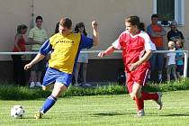 Fotbalisté  Kaznějova (vpravo Tomáš Jung)  podlehli v nedělním duelu okresního přeboru, ze kterého je snímek,  béčku Vejprnic 2:4. Momentálně druhý tým tabulky už pět zápasů v řadě nevyhrál.