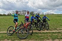 Úřadující český šampion Ondřej Cink (druhý zleva) se spolu s parťákem Ondřejem Paurem (vlevo) se na okruhu v Městě Touškově vyfotili s mladými závodníky MS Bike Academy.