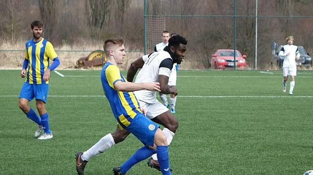 Ghanský fotbalista Musa Ansuma (na snímku v bílém dresu z duelu 18. kola proti Mariánským Lázním) se i přes velké šance  v Přešticích zatím gólově neprosadil.