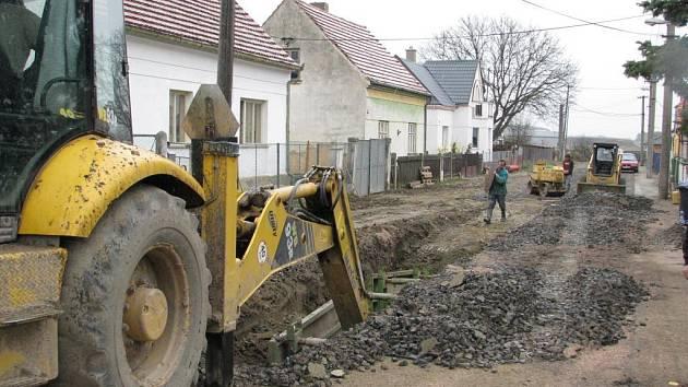Příkopy na novou kanalizaci musí být v nejvýše položených místech obce Úherce i pět metrů hluboké.