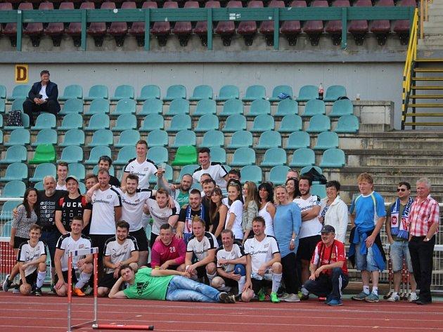 Společné foto fotbalistů Sokola Kozojedy s fanoušky na Julisce po zápase s Duklou