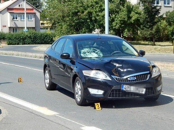 Auto srazilo na Domažlické třídě v Plzni sedmadvacetiletou ženu