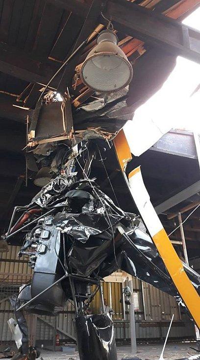 Vyprošťování vraku vrtulníku z haly v Plzni na Nové Hospodě