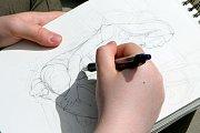 Letní Art Camp probíhá od pondělí na fakultě Umění a designu Západočeské univerzity v Plzni na Borských polích. Účastníci si mohli pod vedením lektorů vyzkoušet figurální kresbu.
